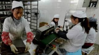 عمال صينيون بأحد مصانع الأطعمة في الصين