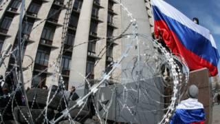 दोनेस्तक रूसी झंडा फहराते कार्यकर्ता