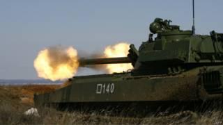 Canhão russo dispara durante exercícios na fronteira (foto: AFP)