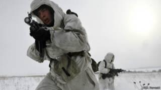 Российские десантники во время зимнего учебного боя
