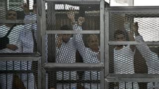 صحفيو الجزيرة داخل قفص المحاكمة