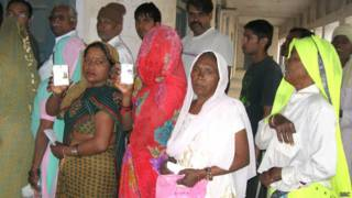हरियाणा के गुड़गांव में मतदान के लिए कतार में खड़े मतदाता