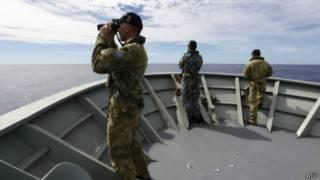Integrante australiano de equipe de resgate internacional procura por sinais do MH370 no Oceano Índico