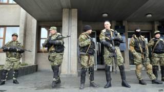 पू्र्वी यूक्रेन में एक इमारत की निगरानी करते लड़ाके