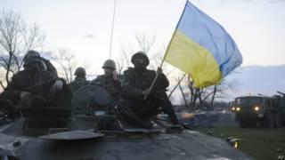 Tropas ucranianas perto de onde edifícios foram tomados por militantes pró-Rússia(AP)