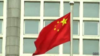 Китайский флаг перед зданием в Пекине