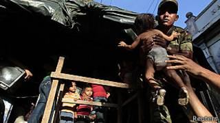 Soldado evacúa a bebé
