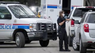 Полиция расследует место преступления в штате Калгари, Канада