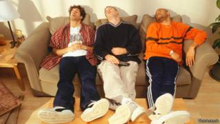 Группа мужчин, спящих на диване