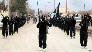 مقاتلون ينتمون إلى الدولة الإسلامية في العراق والشام (داعش) في سوريا