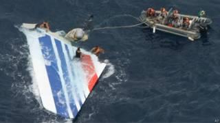Marinheiros brasileiros removem destroços de avião francês no mar (foto: AP)