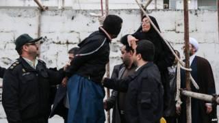 ईरान में फ़ासी की सज़ा माफ़ करती एक माँ