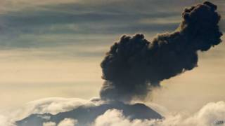 Из кратера вулкана Убинас началось извержение