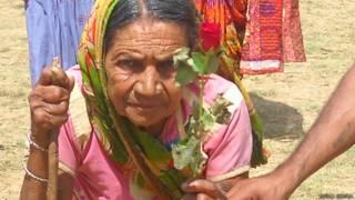 झारखंड, बुजुर्ग महिला वोटर लाल गुलाब