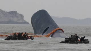 قال محققون إن ضابطا ثانويا كان يقود العبارة التي غرقت قبالة كوريا الجنوبية