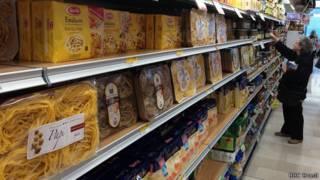 Supermercado na Itália. BBC