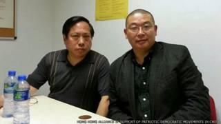 楊建利(右)與何俊仁在香港機場禁區內合照(香港支聯會提供圖片20/4/2014)
