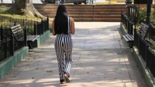 امرأة تسير في الشارع