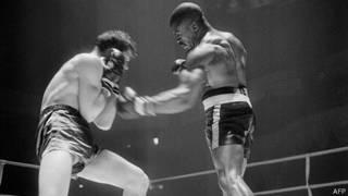 "Rubin ""Hurricane"" Carter en una pelea en 1965"