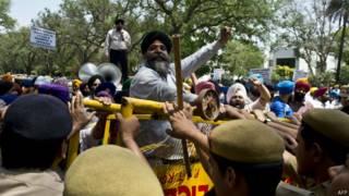 नई दिल्ली में कांग्रेस मुख्यालय के बाहर अकाली दल का प्रदर्शन