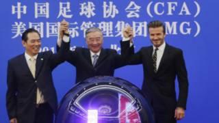 左起:中國足協主席蔡振華,中國宋慶齡基金會主席胡啟立,貝克漢姆