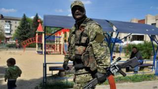 Вооруженный ополченец в Славянске
