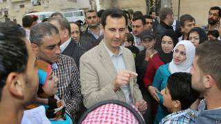 Башар Асад в окружении сирийцев