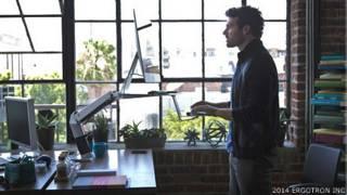 Un trabajador en un escritorio para trabajar de pie