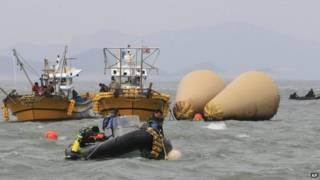 بلغت الحصيلة المؤكدة لقتلى العبارة الكورية الجنوبية التي غرقت الأسبوع الماضي 108 شخصا