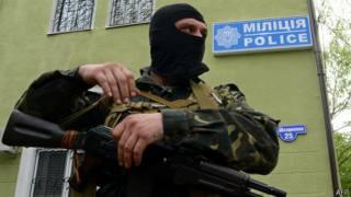 Hombre armado frente al cuartel de policía de Kramatorsk
