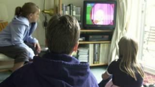 Crianças assistindo TV (BBC)