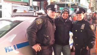 Житель Нью-Йорка в компании полицейских