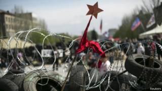 حاجز في شرق أوكرانيا عليه علم الاتحاد السوفيتي