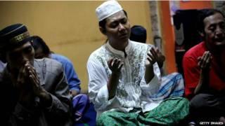 नमाज पढ़ते इंडोनेशिया के नागरिक