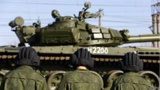 Российские военнослужащие и бронетехника в Крыму