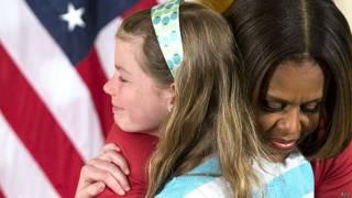 चार्लोट बेल को गले लगातीं मिशेल ओबामा