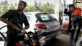 Иран: люди заправляют машину на бензоколонке