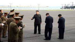 Ким Чен Ын и люди, записывающие его слова