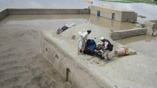 अफ़ग़ानिस्तान में आई बाढ़ में फंसे लोग