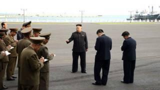 Kim Jong-un junto a membros do Exército | Foto: Getty