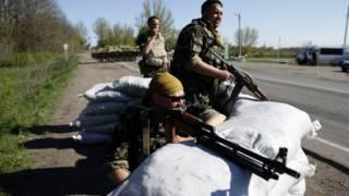 Militares ucranianos em estrada. Foto: Reuters