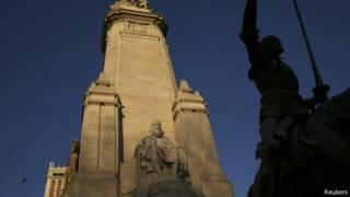 Статуя Сервантеса рядом со статуей Дон Кихота