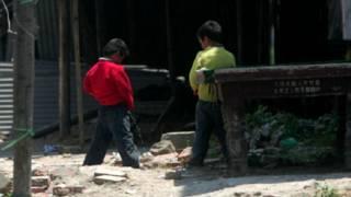 चीन, खुले में पेशाब करते बच्चे