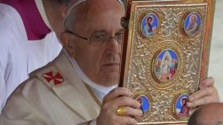 Papa Francisco santifica papas João Paulo 2 e João 23. Foto: AFP