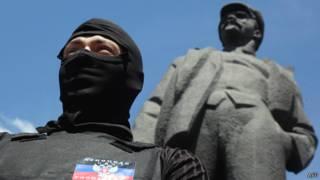 Мужчина в маске в Донецке 27 апреля