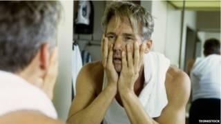 homem se olhando no espelho | Thinkstock