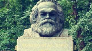 墓園中的馬克思頭像紀念碑