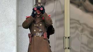 Северная Корея: военный смотрит в бинокль