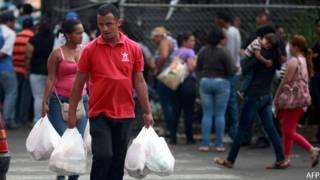 Venezolano haciendo compras