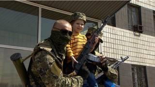 Вооруженный пророссийский активист с ребенком